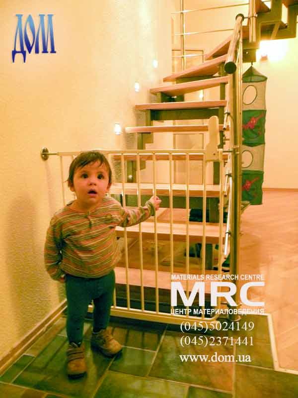 Ограждение для детей на лестницу своими руками